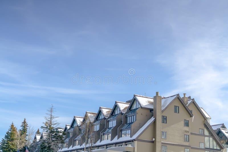 反对天空的被日光照射了多雪的大厦在帕克 库存照片