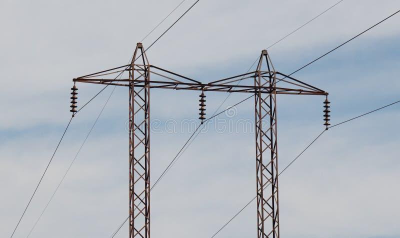 反对天空的高压塔 免版税图库摄影