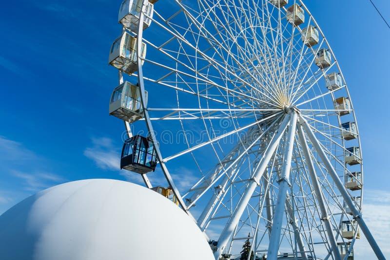 反对天空蔚蓝的大弗累斯大转轮 免版税库存图片