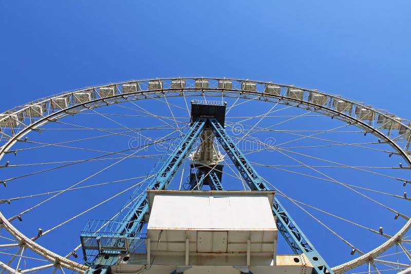 反对天空蔚蓝的大白色弗累斯大转轮 库存照片