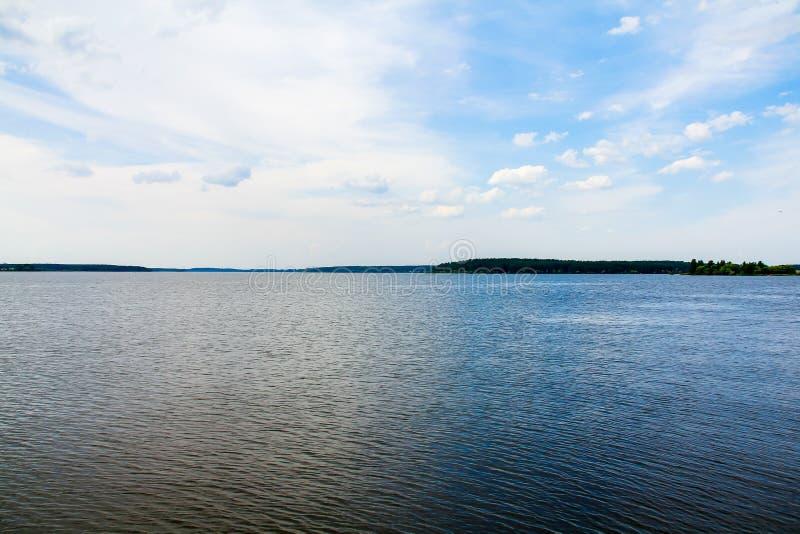 反对天空蔚蓝的宽河 库存图片