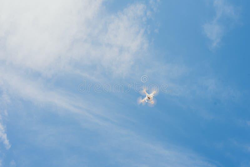 反对天空蔚蓝的寄生虫 quadcopter从上面射击剧情 免版税库存照片