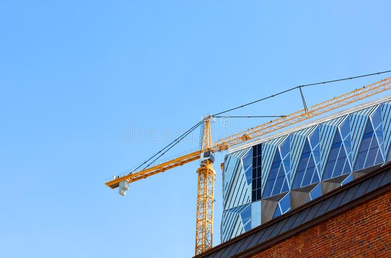 反对天空蔚蓝的建筑用起重机 库存照片