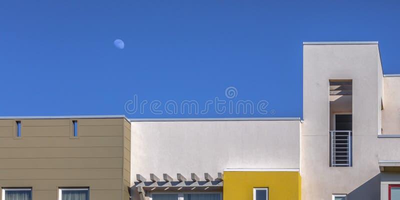 反对天空蔚蓝的现代连栋房屋在一好日子 库存照片