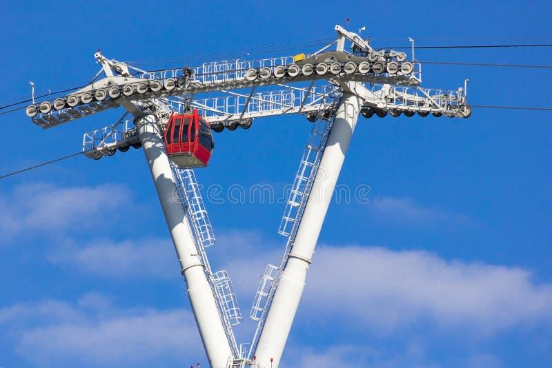 反对天空蔚蓝的电车与云彩 缆索铁路 免版税库存图片