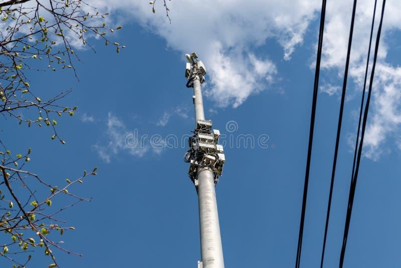 反对天空蔚蓝的细胞塔与云彩 图库摄影
