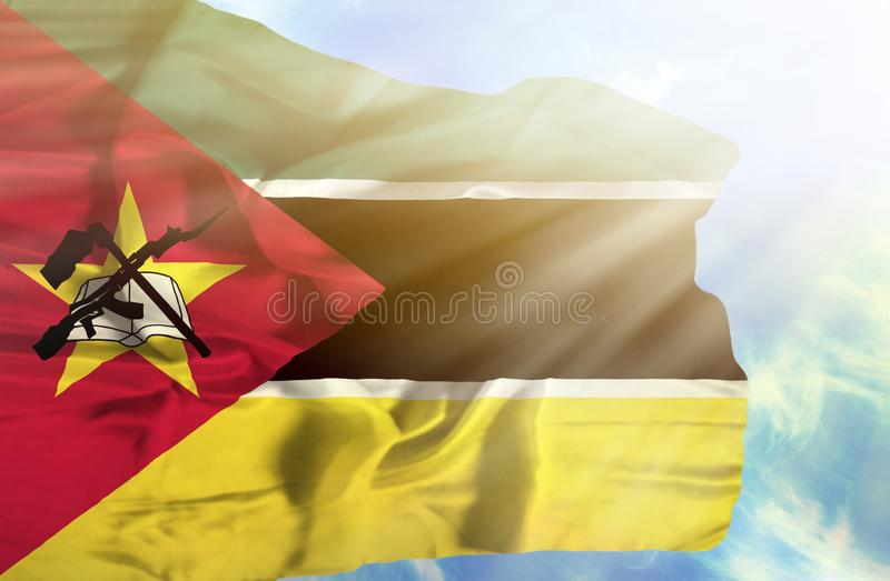 反对天空蔚蓝的莫桑比克挥动的旗子与阳光 免版税库存照片