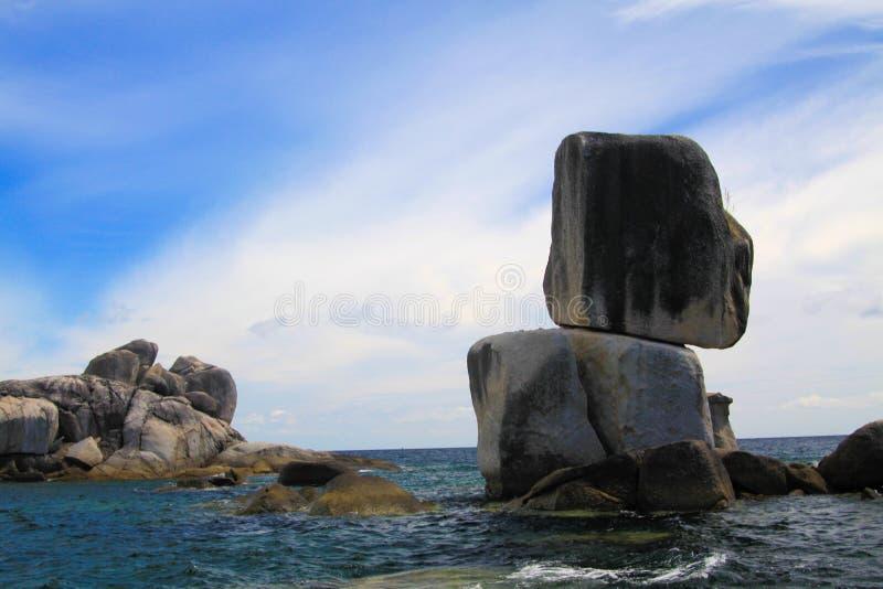 反对天空蔚蓝的被堆积的冰砾在Ko Lipe,泰国附近的安达曼海 免版税库存照片