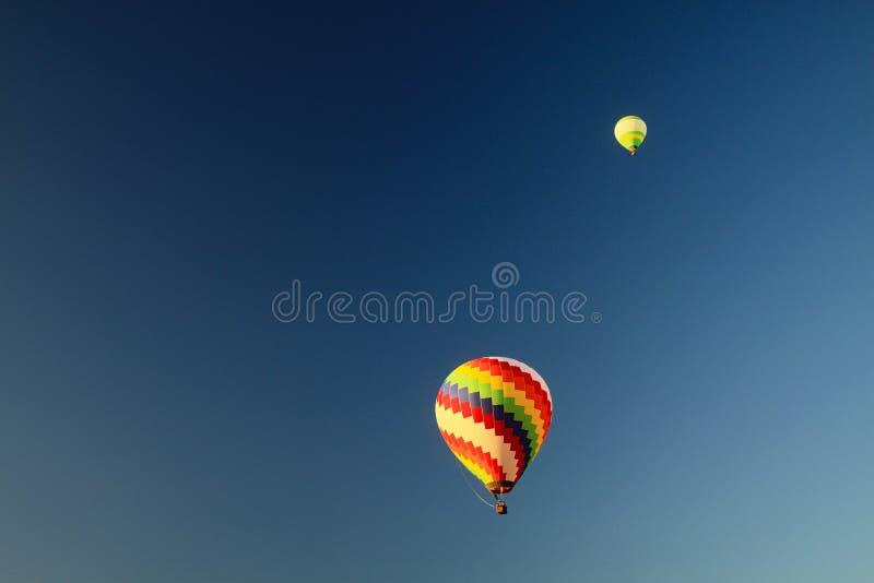 反对天空蔚蓝的被隔绝的热空气气球在沿Nam歌曲Xong河,Vang Vieng,老挝的石灰岩地区常见的地形小山 免版税库存照片