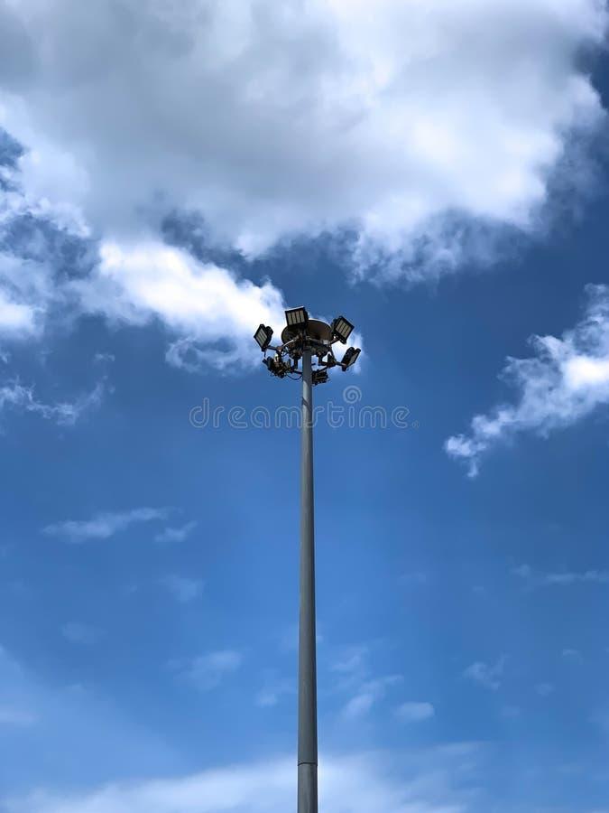 反对天空蔚蓝的路灯到底 免版税库存图片