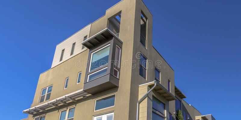反对天空蔚蓝的连栋房屋在破晓犹他 免版税库存图片