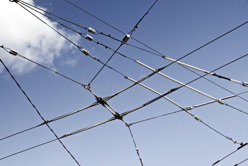 反对天空蔚蓝的高压电导线 库存图片