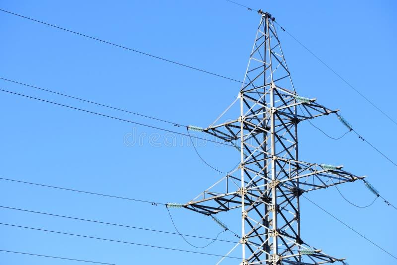 反对天空蔚蓝的高压输电线或塔输电线 图库摄影