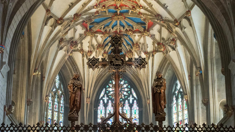 反对天花板的圣坛屏十字架在Tewkesbury修道院里 库存照片