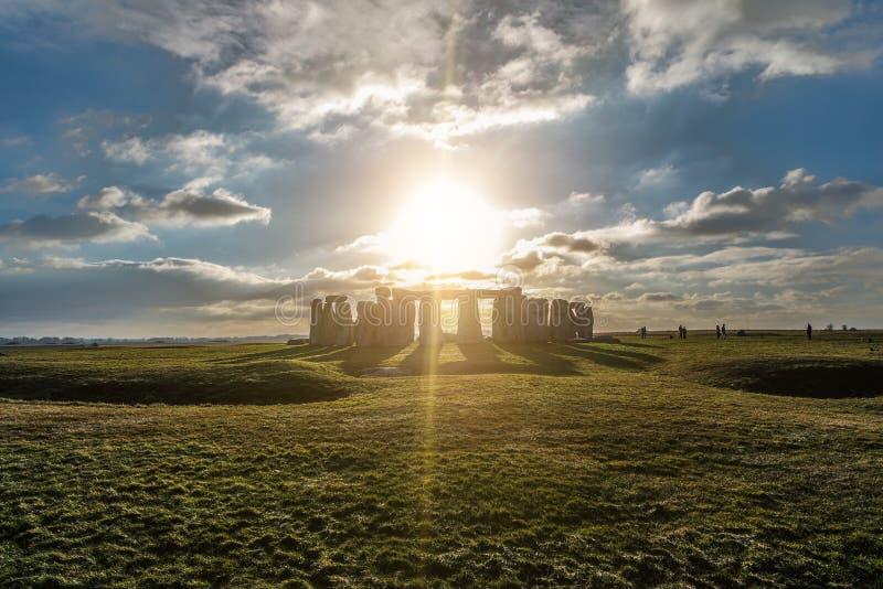 反对太阳的巨石阵,威尔特郡,英国 免版税库存图片
