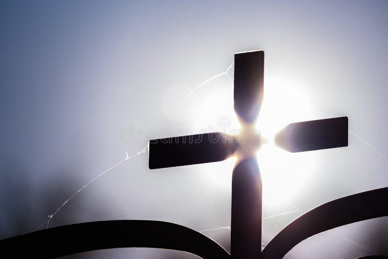 反对太阳的教会十字架 免版税库存照片