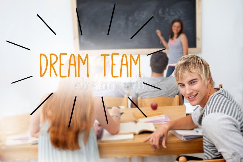 反对学生的梦幻队在教室 库存照片