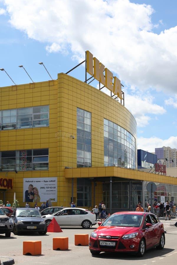 反对宜家的汽车在Khimki市换中心,莫斯科地区 免版税图库摄影