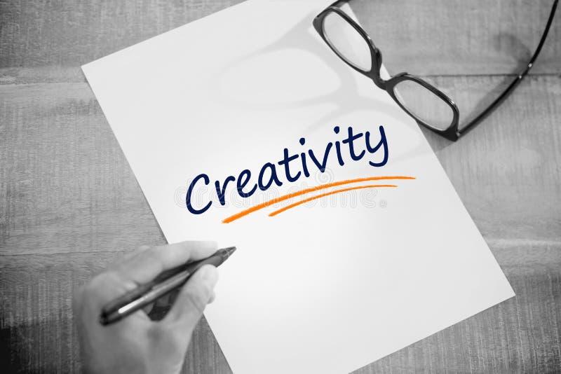 反对左手文字的创造性在运转的书桌上的白页 库存图片