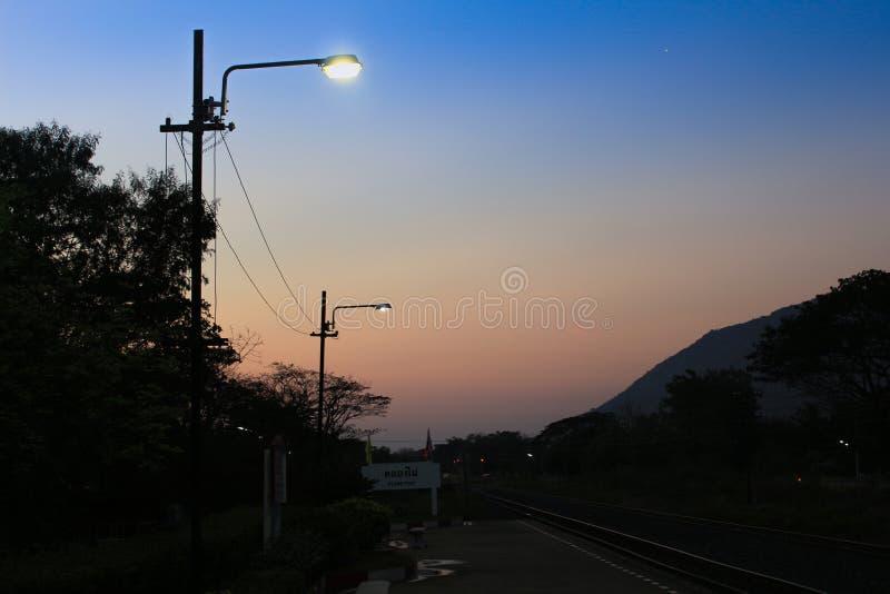反对微明的街灯 库存照片