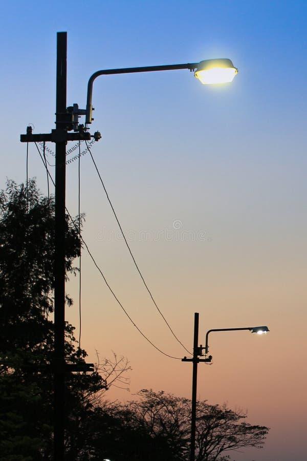 反对微明的街灯 图库摄影