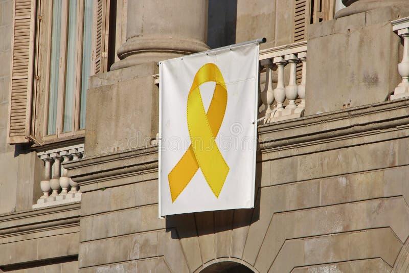 反对政治犯和流放的黄色丝带横幅在加泰罗尼亚 库存照片