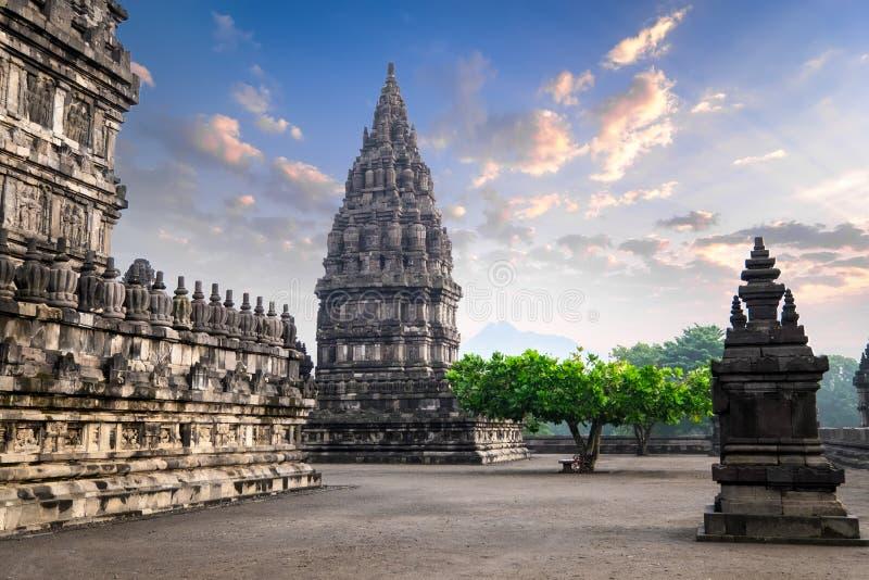 反对日出天空的令人惊讶的巴兰班南寺庙 印度尼西亚 免版税库存图片