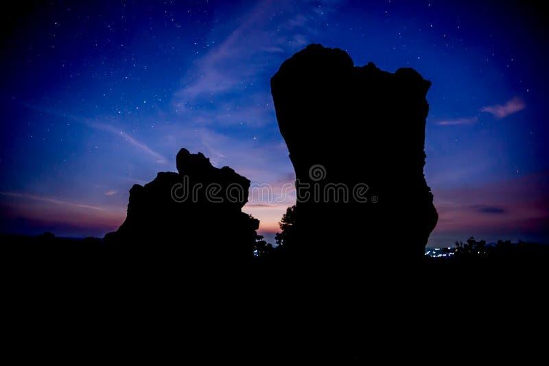 Download 反对日出的剪影石头 库存图片. 图片 包括有 地标, 黎明, 岩石, 微明, 天空, 城市, beautifuler - 72364395