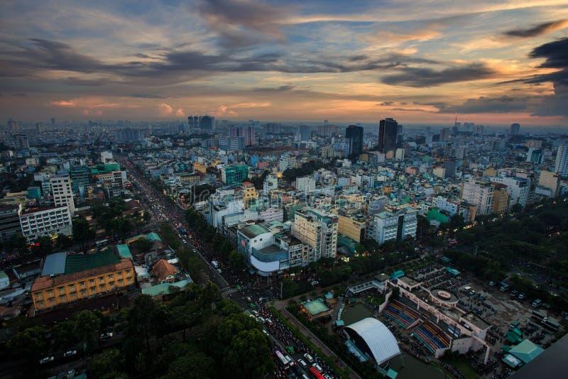 反对日落多云天空的惊人的鸟瞰图大现代城市 库存图片