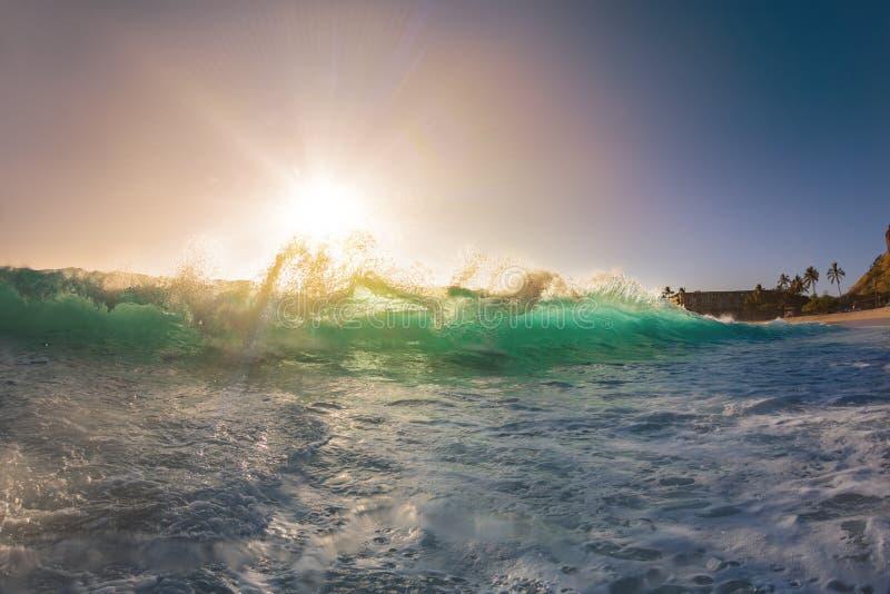 反对日落天空的大清楚的海浪 免版税库存图片