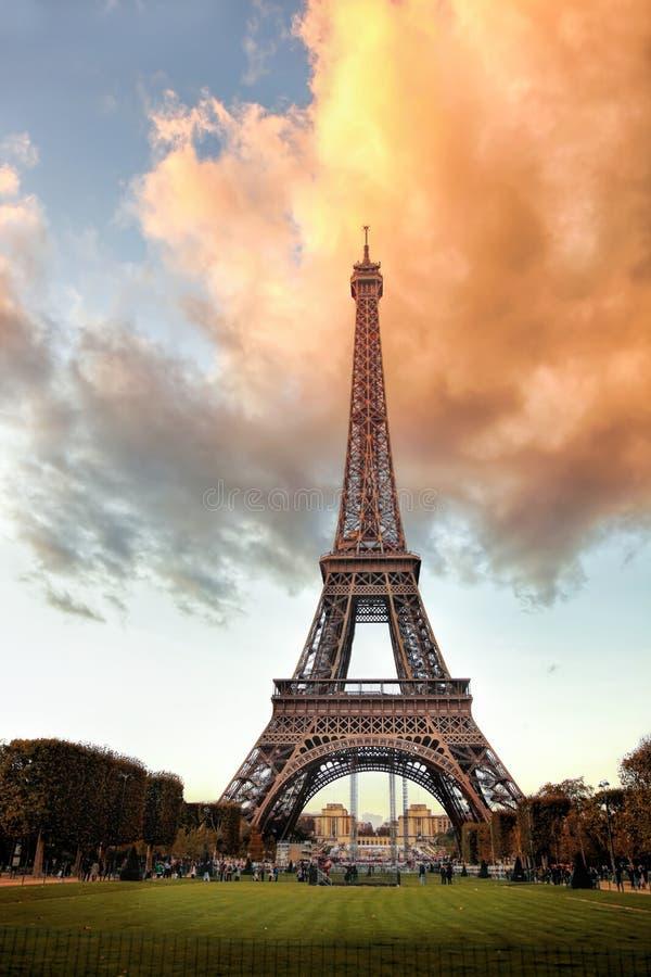 反对日落的艾菲尔铁塔在巴黎,法国 库存照片