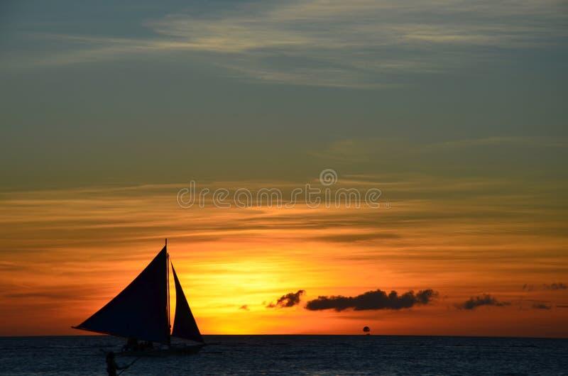 反对日落的风帆冲浪的剪影 库存图片