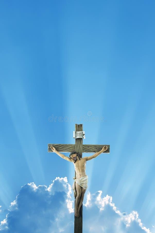 反对早晨或晚上天空背景的耶稣基督雕象 免版税库存照片