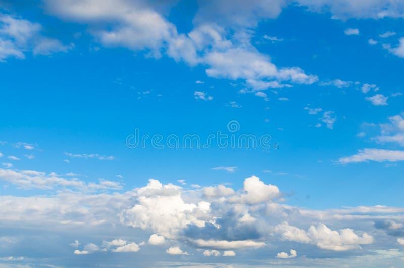 反对明亮的蓝天的暴风云 库存图片