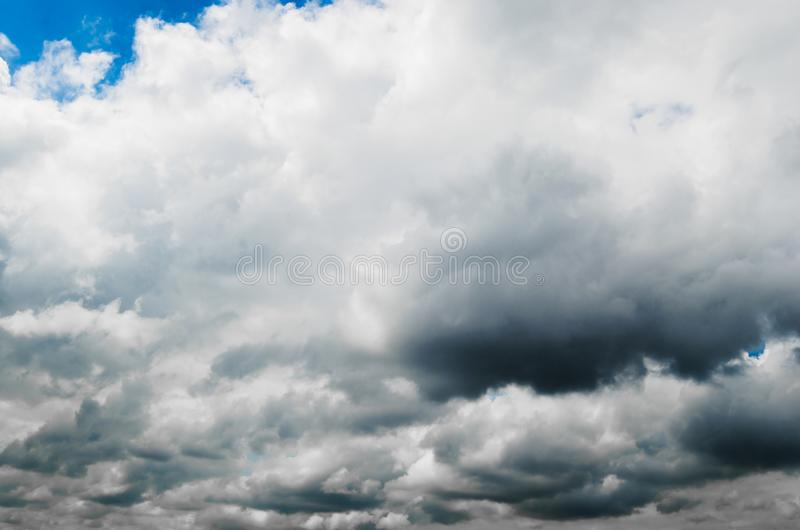 反对明亮的蓝天的暴风云 免版税图库摄影