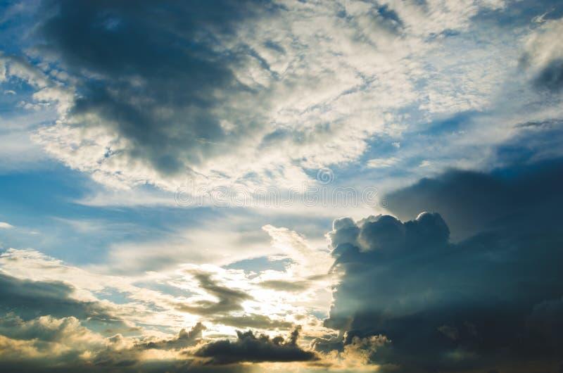 反对明亮的蓝天的暴风云 免版税库存图片