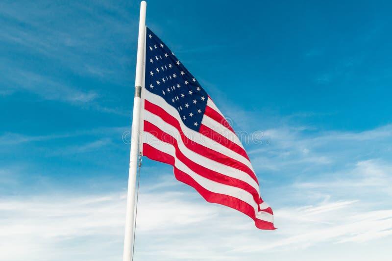 Download 反对明亮的蓝天的美国国旗 库存照片. 图片 包括有 符号, 状态, 大使, 国家, 关系, 概念, 独立 - 72362070