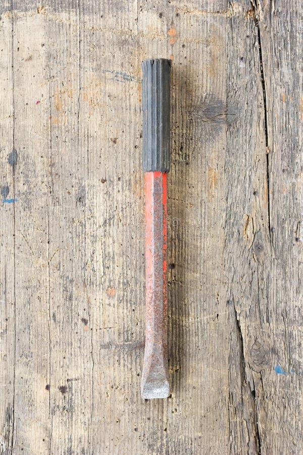 反对木板条的老,肮脏的石凿子 免版税库存图片