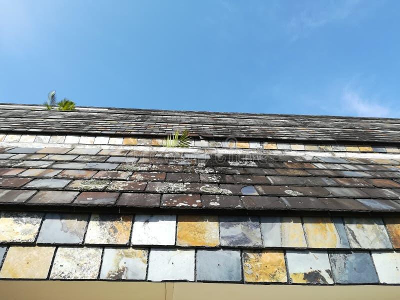 反对查寻与云彩小捆的瓦片的天空蔚蓝  免版税图库摄影