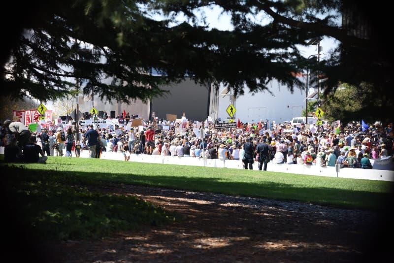 反对法西斯主义、种族主义和唐纳德・川普的伯克利抗议 库存图片