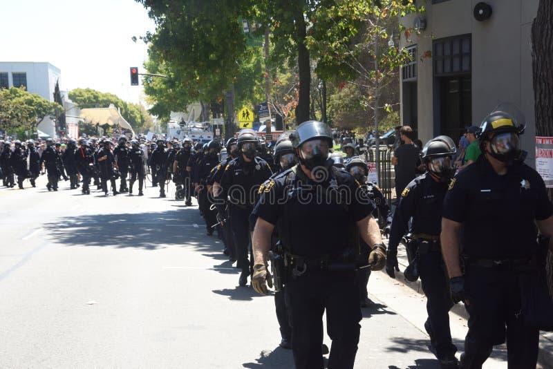 反对法西斯主义、种族主义和唐纳德・川普的伯克利抗议 库存照片