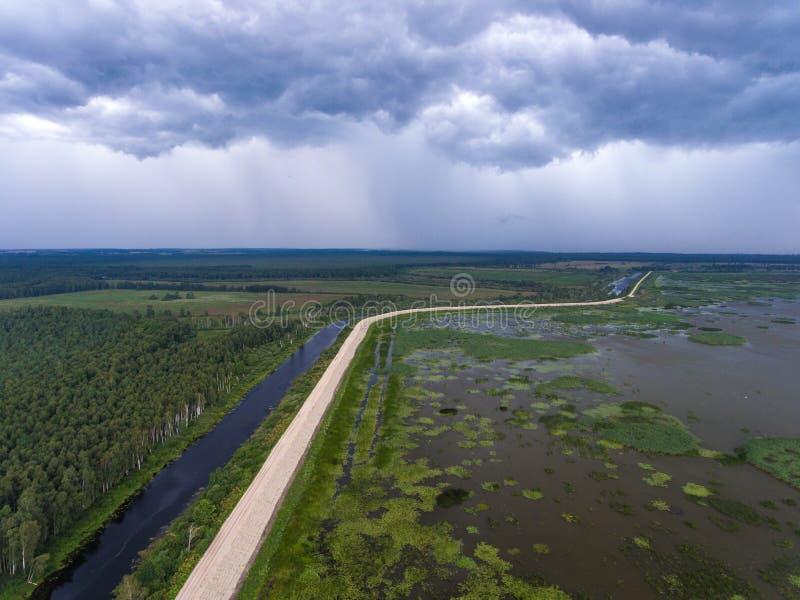 反对洪水的防护水坝在湖附近 空中风景 n 免版税图库摄影