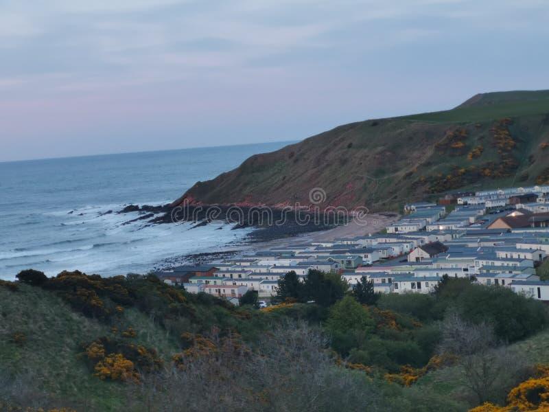 反对海洋的村庄 库存照片