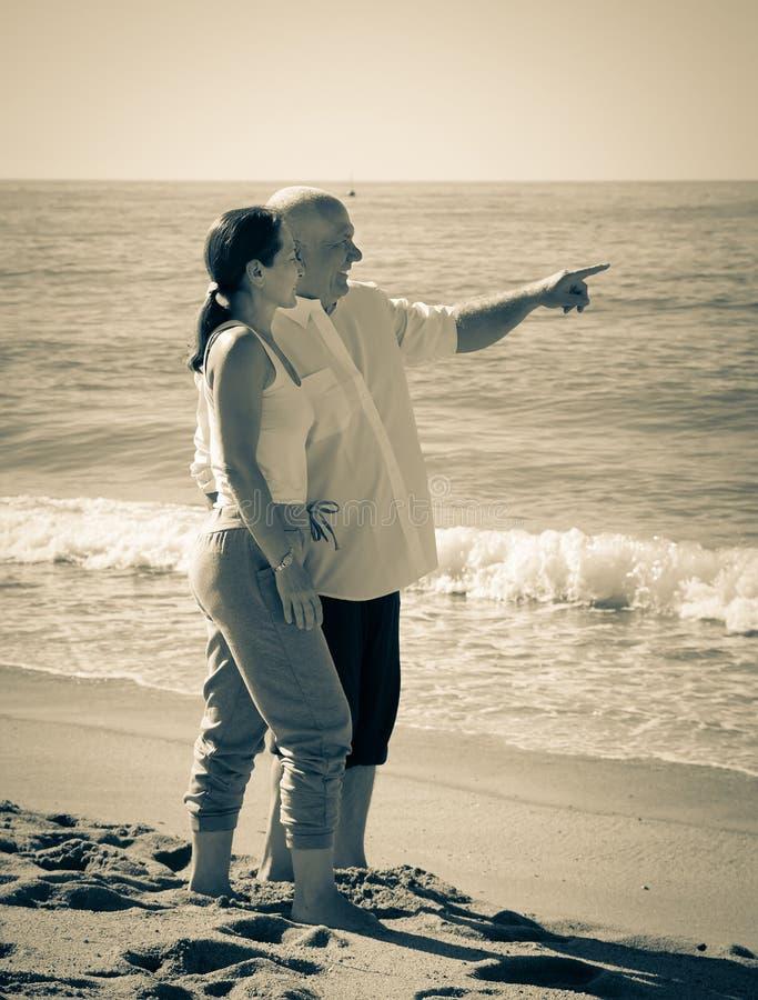 反对海的成熟夫妇 图库摄影