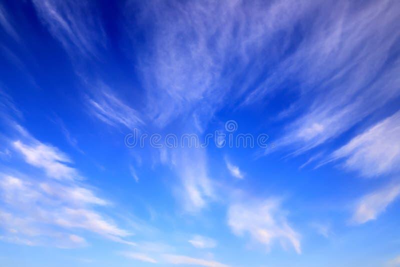 反对深蓝天空,浪漫背景的美丽的美丽如画的胆怯云彩 免版税库存图片