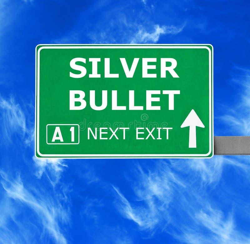 反对清楚的天空蔚蓝的银色子弹路标 库存图片