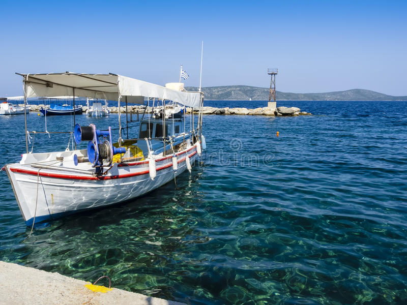 反对清楚的蓝天, Alonissos,希腊海岛,希腊的希腊渔船 免版税库存照片