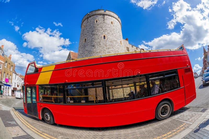 反对温莎城堡的双层公共汽车在英国,英国 免版税库存照片