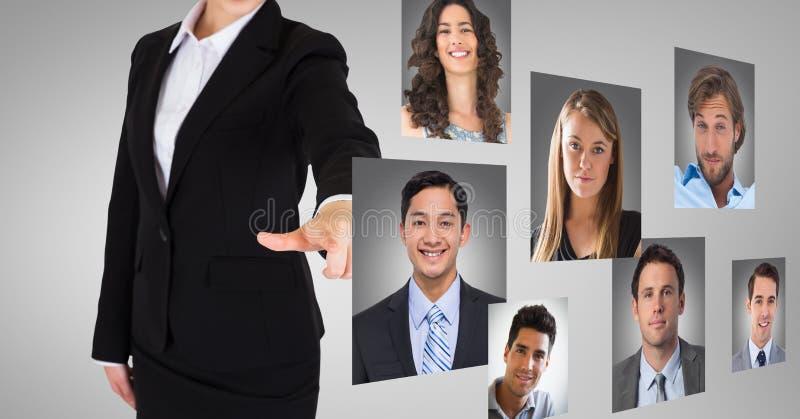 反对灰色背景的女实业家感人的外形图片 免版税库存照片