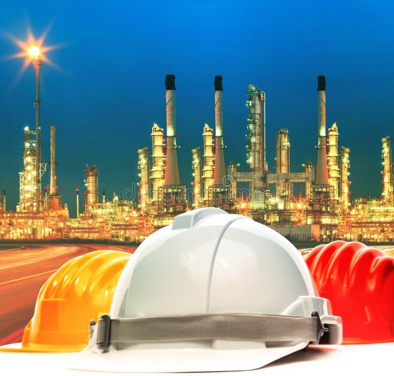 反对炼油厂植物美好的照明设备的安全帽我 库存图片